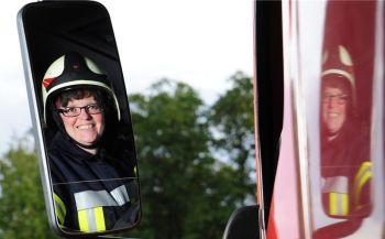 In voller Montur meldet sich Kathrin Borkowski zum Dienst bei der Freiwilligen Feuerwehr in Coswig. Gemeinsam mit ihren männlichen Kollegen sorgt sie dafür, dass die Brände in der Stadt schnell gelöscht werden.