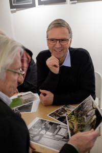 Bengt och Ulf väljer vilken bild de ska prata om. (Foto: Rikard)
