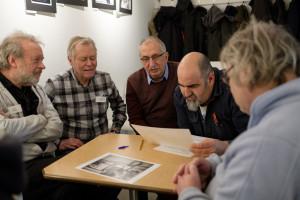 Gert, Kenneth, Gaetano, Javier och Anders diskuterar bilderna. (Foto: Rikard)