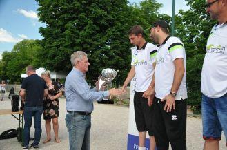 M le Maire : JP Fortuné remet la coupe aux vainqueurs