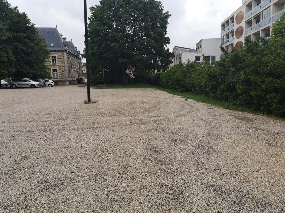 un terrain prévu comme parking