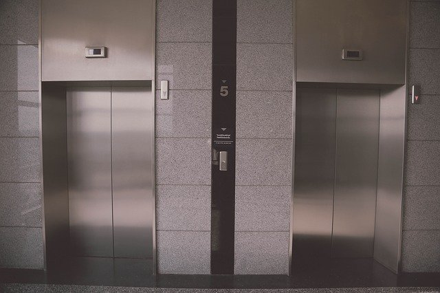 Aufzug steckt fest