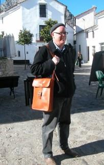 Bright tan classic man´s shoulder bag. 38 x 28 x 7. 148€