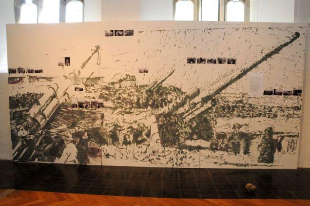 Eine zentrale Rolle in der Ausstellung 2011 nahm dieses grosse Gemälde ein. Fotos von Flakhelfern, die ihre Stellung fotografierten, waren in das Bild eingearbeitet.