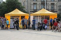 Infozelte mit Besuchern auf dem Marienplatz beim Open Air-Konzert.