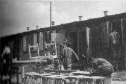 Flakhelfer beim Reinigen der Baracken in der Batterie Vaihingen.