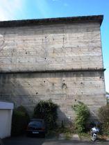 Die Fassade sollte ursprünglich mit Naturstein verkleidet werden. Die Gesimse und Eisen in der Fassade waren als Halterungen für diese Verkleidung vorgesehen.