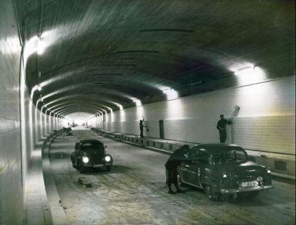 Pressefoto zur Eröffnung des Wagenburgtunnels. Es wurde am 13.09.1957 von der United Press in New York verbreitet.