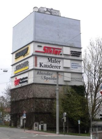 Hochbunker Badstraße 2010. Bis 1998 probten hier Musiker. Seither steht das Bauwerk leer.