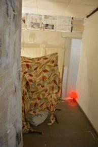"""Im Bunker-Raum-Nachbau steht ein abgedecktes """"Schlagzeug"""", um die Platzverhältnisse zu verdeutlichen."""