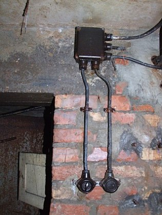 Lichtschalter und verteilerkasten im Stollen.