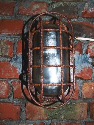 Bunkerlampe an der Wand. Mit Beleuchtung war nicht gespart worden.