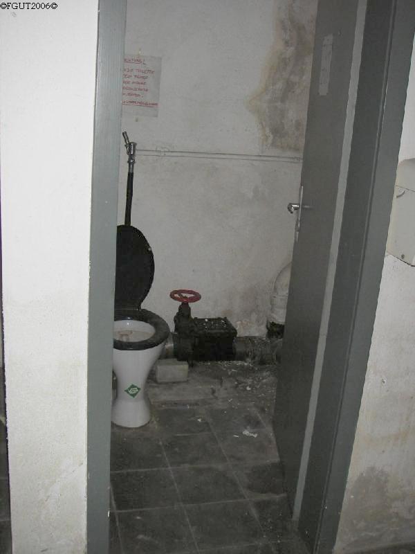 Toilettenraum mit typischen Bodenfließen aus den frühen 1940er Jahren.