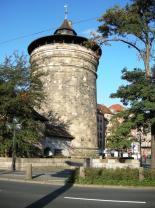 Der Königstorturm steht direkt gegenüber dem Hauptbahnhof.
