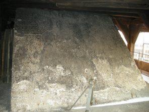 Der betonierte Splitterschutz des Ausgangs zum Dach.