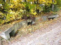 Durch diese ehemalige Bettung der Batterie Hochmössingen wurde der Feldweg hindurchgeführt.