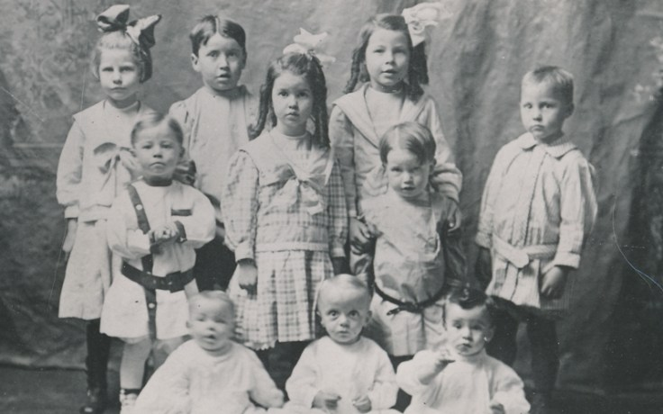 1910s photo of boys and girls dressed in the fashion of the day