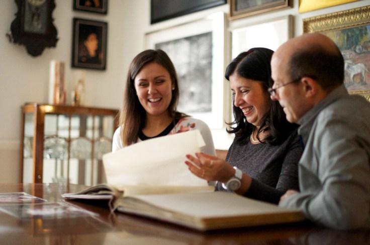 Correspondência de DNA compartilhando fotos com a família.