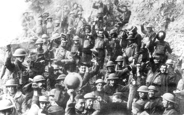Une infanterie des soldats de la Première Guerre Mondiale célèbre l'armistice.