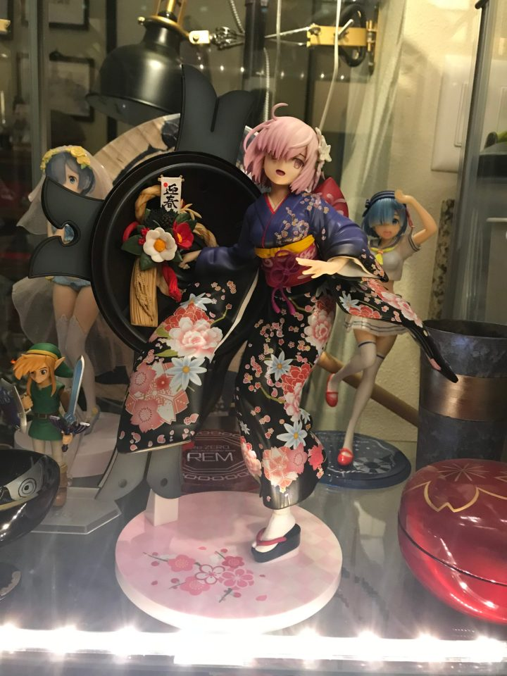 Photo of a 1/7 scale Mash Kyrielight Grand New Year figure in a display case.
