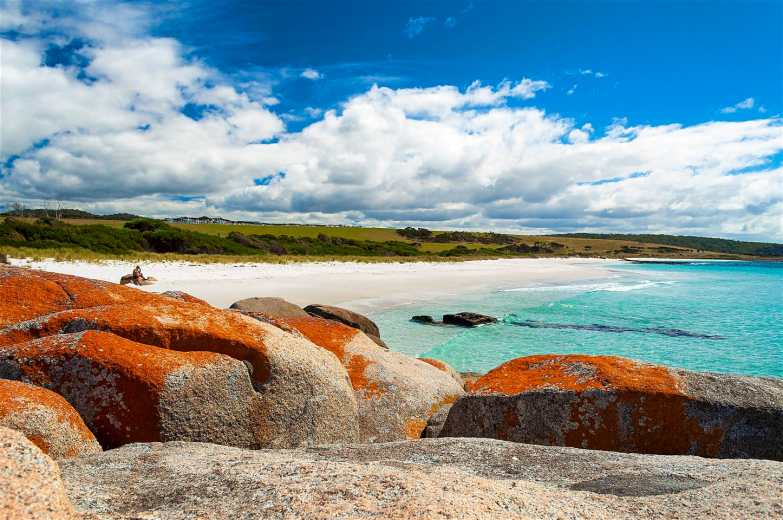 Learn about Aboriginal history and culture at the Bay of Fire in Tasmania © Xavier Hoenner Photography / Getty Images
