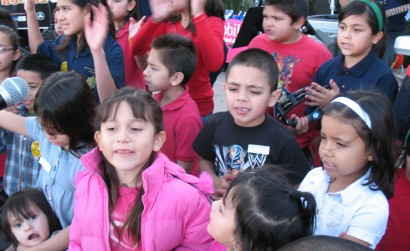 Children of deported parents get Christmas gifts from an Arizona church - Photo: Valeria Fernández