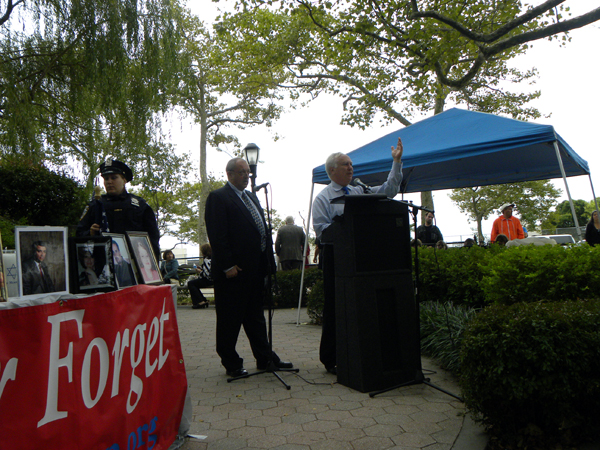 Richard Brodsky, speaking to the Russian immigrant community at Asser Levy Park - Photo: Ewa Kern-Jedrykowska