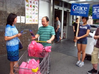 Grace Meng conducts an intensive campaign at Flushing area