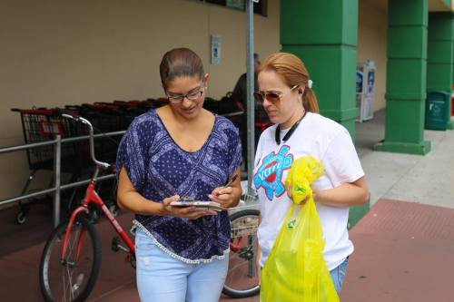dalmaris-ortiz-rivers-signing-up-voters-in-front-of-the-unidos-supermarket