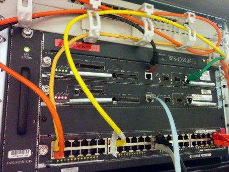 Zwei CISCO-Router/Switches C6504. Oben funktionsfähig, unten noch nicht gebootet.