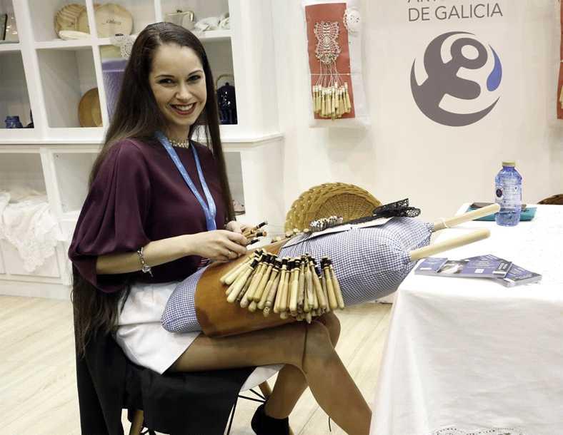 Lara Pasantes Campaña haciendo encaje de bolillos desde Camariñas.