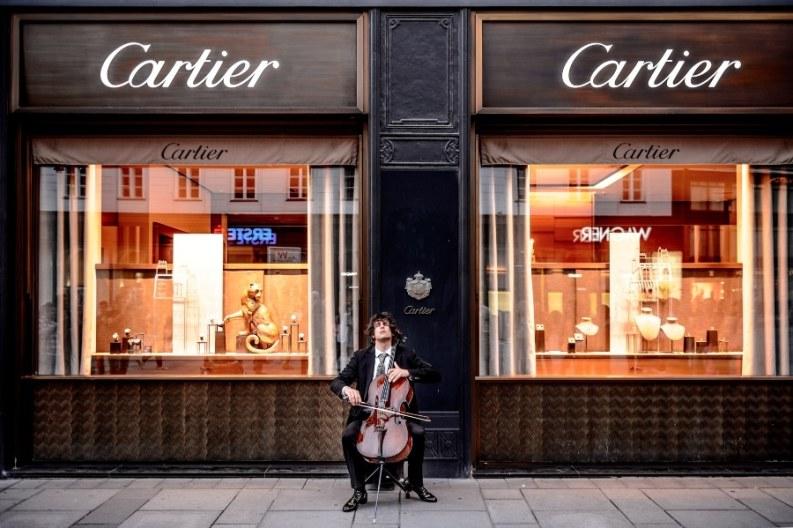 Violinista frente tienda cartier