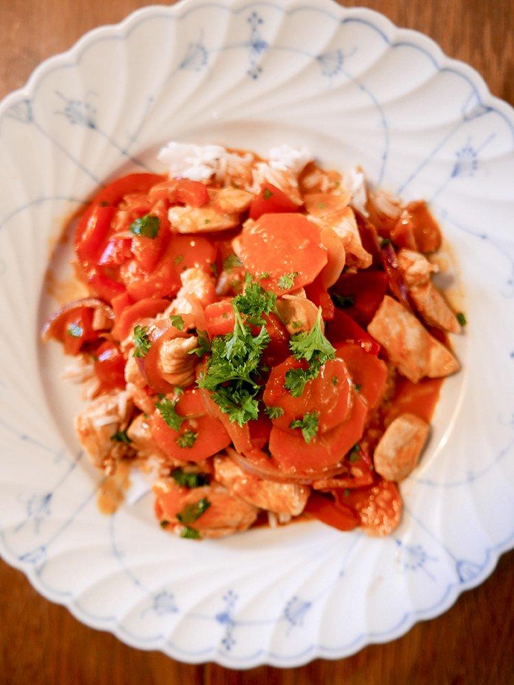 Kyckling red curry på tallrik