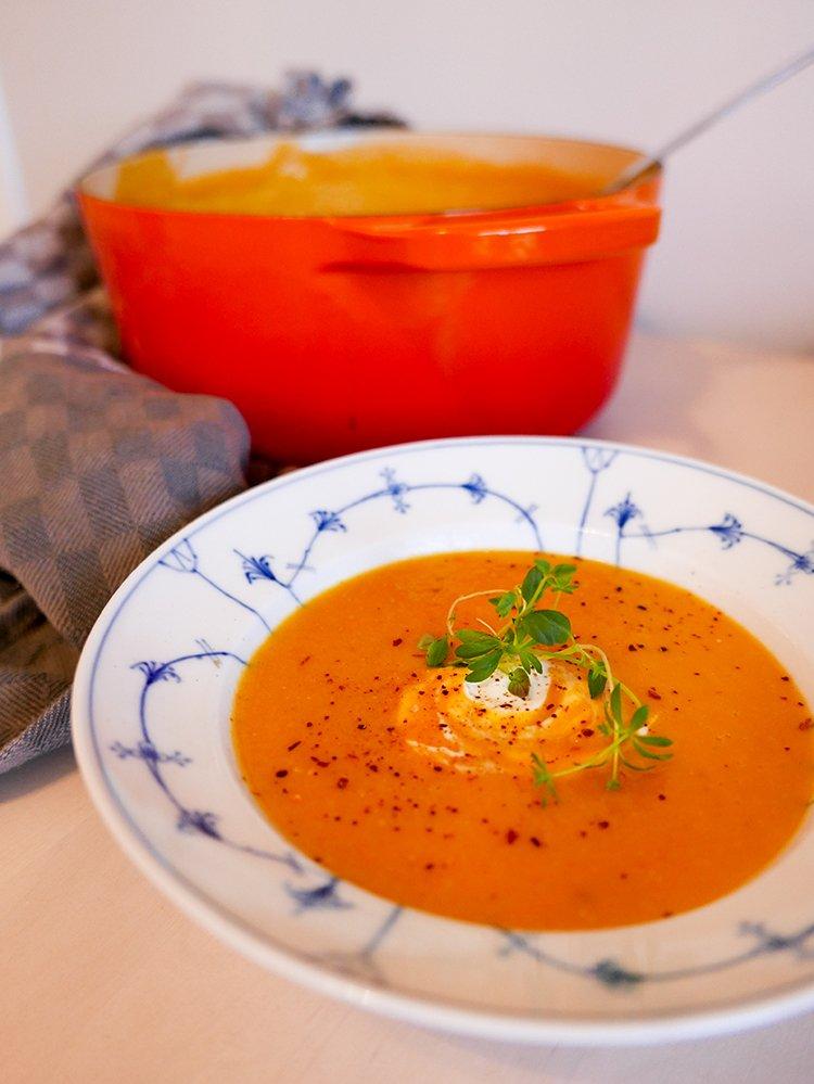 Soppa med röda linser, morot och ingefära serverat