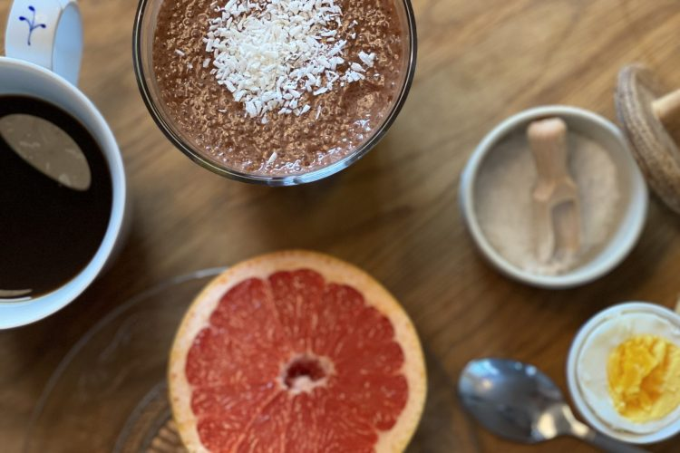 Smoothie med choklad på frukostbord