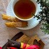 Saffranskolasnittar med mörk choklad och pärlsocker och te