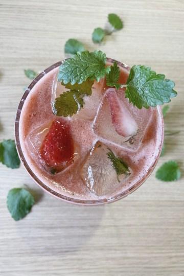 Mojito med rabarer och jordgubbar