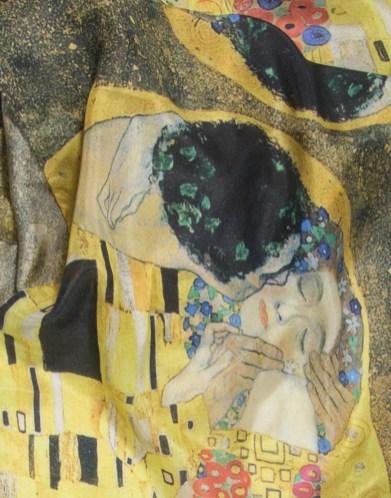foulard Klimt le baiser détail de l'impression sur soie haute définitione