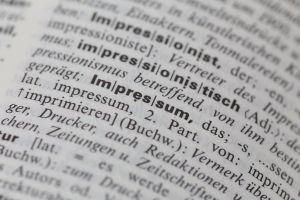 """Impressum: und Datenschutzerklärung Das Bild zeigt einen Ausschnitt einer Wörterbuchseite, bei der das Wort """"Impressum"""" im Fokus steht."""
