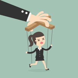 Gegen Manipulation und für mehr Respekt: Das Bild zeigt eine Computer-Grafik. Darauf ist ein Arm zu sehen, der eine an Fäden hängende Marionette zeigt. Die Marionette ist eine Frauenfigur in schwarzem Business-Kostüm mit aufgerissenem Mund und leeren Augen.