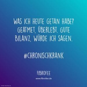 """Zitat vor blauem Hintergrund: """"Was ich heute getan hab? Geatmet, überlebt. Gute Bilanz, würde ich sagen."""" #chronischkrank, fibrofee.de"""