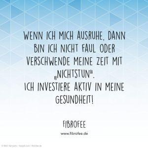 """Zitat vor blauem Hintergrund: """"Wenn ich mich ausruhe, dann bin ich nicht faul oder verschwende meine Zeit mit """"Nichtstun"""". Ich investiere aktiv in meine Gesundheit!"""", FibroFee, lies mehr auf fibrofee.de"""