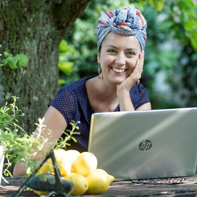 Franzi am Laptop im Garten