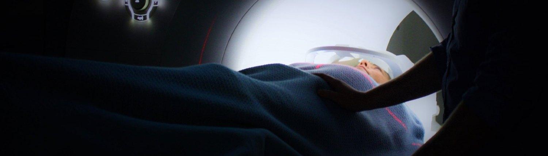 Kuvituskuva potilaasta tutkimuksessa. Syöpäpotilaana voit halutessasi osallistua Läntisen Syöpäkeskuksen avoimiin tutkimuksiin.