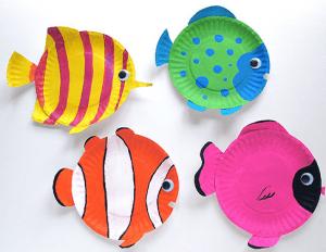 manualidad peces con platos de papel