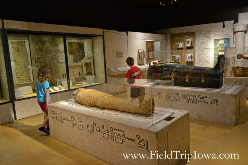 Children view mummies in Putnam Museum in Quad Cities.