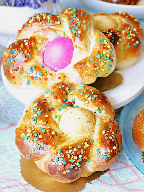 Italian Easter Bread #easter #easterbread #wreathbread #italianeasterbread #eggs #fiestafriday