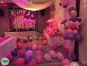 Fiesta 40 cumpleaños. Decoración rosa, morado y muchos globos
