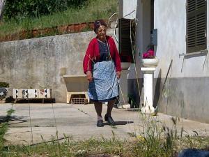 15juni2012_5_Alvito_Deze schalkse dame wordt ruw uit haar dagritme gewekt door een groep lawaaierige fietsers die weer eens verkeerd zijn gereden
