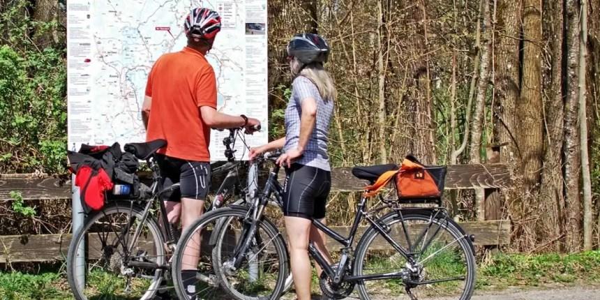 ciclistas viendo mapa informacion